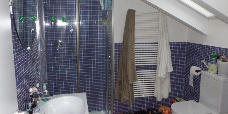 Signorile appartamento a Pinarella bagno mansarda